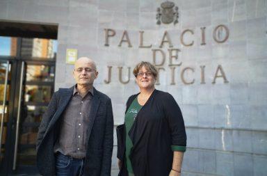 Ramón Trujillo y Lola Espinosa ante el Palacio de Justicia